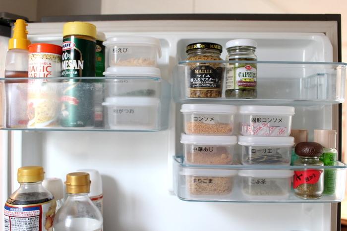 多くの調味料は【開封後】は冷蔵庫にいれるのがおすすめです。冷蔵庫に入れたとしても基本的には「たびたび環境を変えたり」「空気に触れさせない」のがポイント。また、ドアポケット、野菜室など置く場所で温度も変わるので気をつけたいですね。