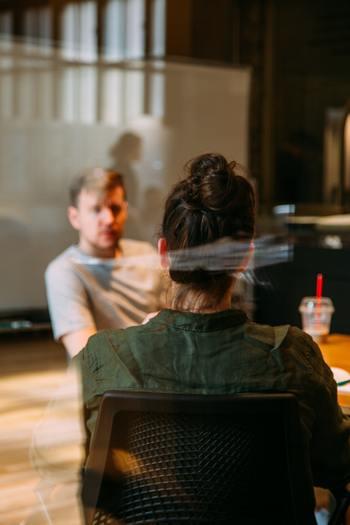 仕事において会話は必要です。でも、質問する男性とそれに答える多くの女性との間に、目的と方法において違いがあることも事実です。その差を明確にし溝を埋めておくことは、気持ちよく仕事を続ける上で大事なポイントとなり得ます。