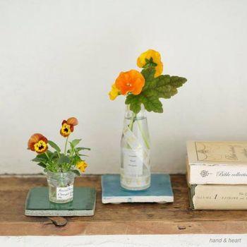 まず用意したいのは、花瓶。ですが、花瓶を用意しなくても空き瓶などに水を入れて飾ってもおしゃれです。気をつけたいのは、長めで口部分が細い瓶を使用する際は、倒れないようにお花の量や向きを整える事がポイントです。また、生花を長く楽しむ為には、花瓶を清潔に保つが重要。定期的に花瓶を洗うのも忘れずに行いましょう。