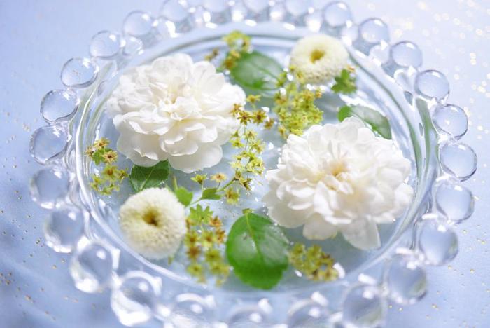 落ちてしまったお花や剪定したつぼみ部分なども、こうしてお皿に並べて水に浮かべることでまだまだ活かせます。玄関先などにちょこんと置いて、水面にゆれる花びらを楽しみましょう。