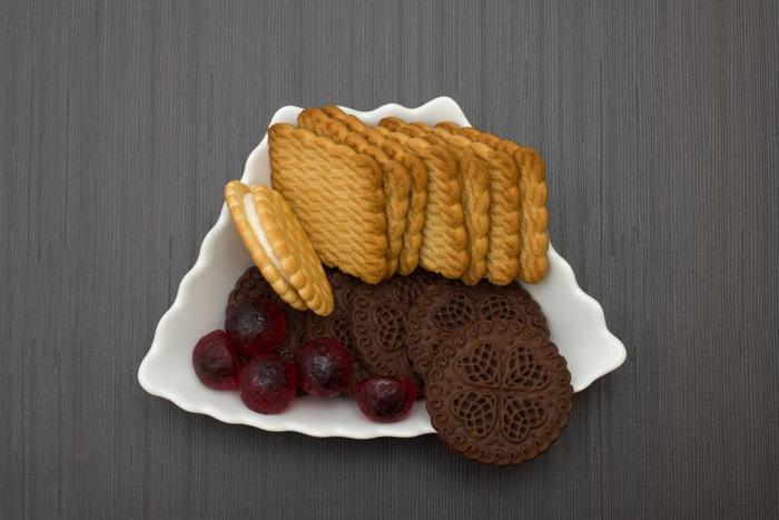 「今日はビスケット。明日はチョコ」とするのではなく、「今日はビスケット2枚とチョコ4切れとドライフルーツ6粒」と小皿に盛れる量を自分で決めて食べるのもおすすめですよ。
