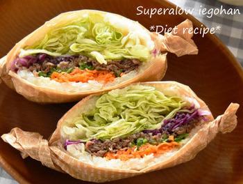 ボリュームたっぷりの断面がインスタ映えすると大人気の「わんぱくサンド」。こちらは、ごはんバージョン「わんぱくおにぎらず」です。シャキシャキの野菜をたっぷりと使っているので、ヘルシーなサラダ感覚で食べられます。