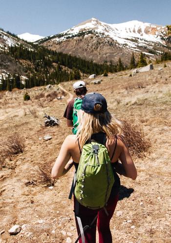体を動かせて、自然とも触れ合えるトレッキング。最近ではトレッキングに夢中になっている女性も多いんです。山は危険を伴うこともあるので、装備や事前の準備はきちんとして楽しみましょう。