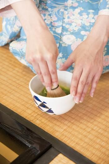 日本人の心を学べる茶道。精神統一ができるので、慌ただしい毎日を送っている人におすすめの習い事です。姿勢や動作がきれいになるという効果も期待できます。