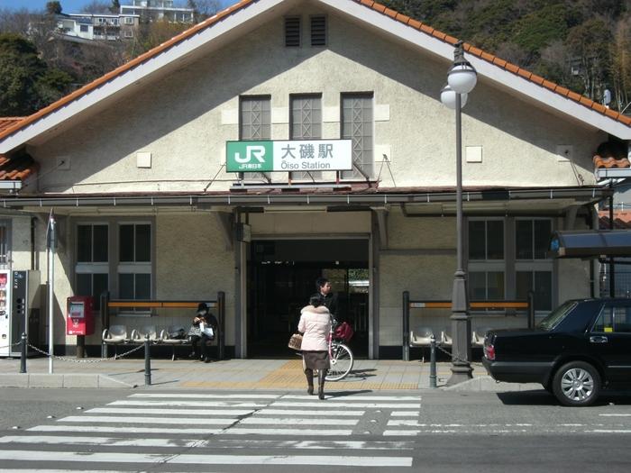 三角屋根がかわいい、こぢんまりとした大磯駅。駅前には、「湘南発祥の地」と書かれた石碑もあります。よく「湘南」とは一体どこからどこなのか議論が巻き起こりますが、これで西側のスタート地点は解決!?