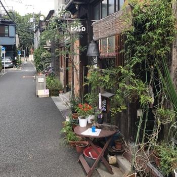 グリーンに囲まれた山小屋風の外観が目を惹く「茶店トンボロ」。建築士のオーナーさんが、事務所のすぐ隣にオープンしたお店です。表通りから路地に入った場所にあるので、比較的静か。隠れ家としてぴったりですね。 場所は、都営大江戸線・牛込神楽坂駅及び、東京メトロ東西線・神楽坂駅から、5分程度歩いたところにあります。