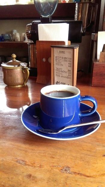 """自慢のブレンドコーヒーは、2種から選べるようになっています。『Aブレンド』は""""香りと酸味""""、そして、『Bブレンド』は""""こくと苦味""""を楽しめることが特徴です。そのほか紅茶も充実しており、香り高いダージリン、チャイ、そして、ハーブティーもいただけますよ。"""