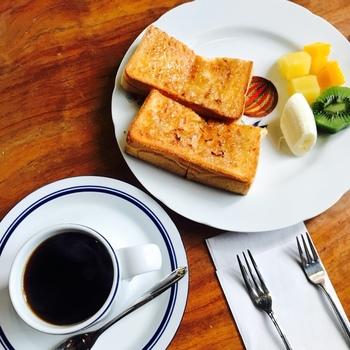厚めにカットされたトーストメニュー、クロックムッシュも人気。きつね色の焼き加減が食欲をそそりますね。美味しいトーストをほうばりながら、美味しいコーヒーをいただく。まさに至福のひと時♪