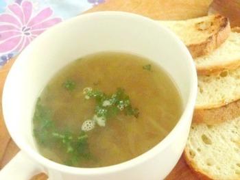 そのままお湯に入れてかき混ぜればすぐにスープが出来上がります。 シンプルなので、他の野菜やチーズ、卵などをプラスしてもいいですね。