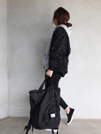 ショートブルゾンやパンツ、小物を黒で統一してグレーのパーカーを合わせたクールなモノトーンスタイル。落ちついたカラーでまとめるのも、大人っぽいパーカーの着こなしのポイントです。