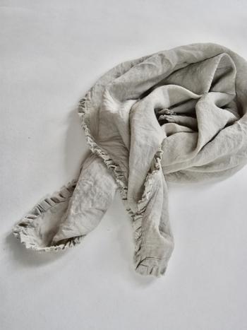 フリルが付いたリネン100%のストールは、軽やかで春らしい着こなしのアクセントにピッタリです。