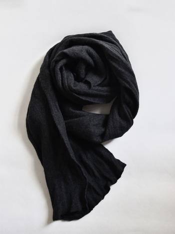 圧縮ウールの軽やかで暖かなストール。ブラックカラーは、コーデの引き締めに役立つアイテムです。