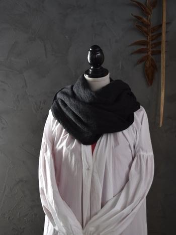 シンプルな着こなしの時には、首元にグルグルと巻きつけてボリュームを出すとコーディネートが華やかに仕上がります。