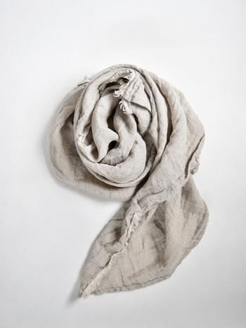 ザックリと織られたリネンの風合いが魅力的な上質ストールは、大人コーデのポイントとして活躍します。肌触りも良く、使うのが楽しみになる1枚になってくれるはず。