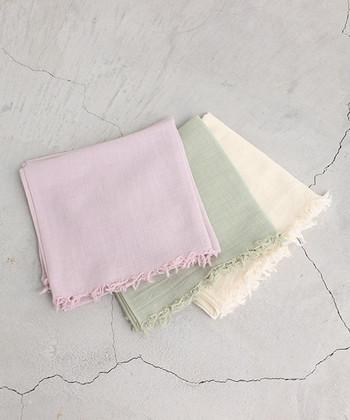 生成り、ピンク、グリーン。春らしい優しいカラーのストールでコーディネートにアクセントを。ウールガーゼボイルという柔らかで薄い素材を使っているので、軽やかでありながら暖かさのある1枚です。