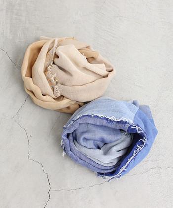 自宅でジャブジャブと洗えるコットン100%のストール。トーンを変えた配色で、巻き方によって表情を変えてくれます。