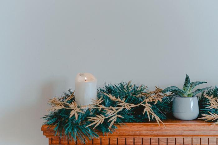 エッセンシャルオイルなどの精油で香りをつけたアロマキャンドルは、ゆらゆらと揺れる灯りが幻想的。香りや形がいろいろあるので、火をつけていない時もインテリアの一つとして楽しめます。
