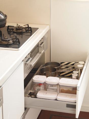 調味料を頻繁に出し入れするのは、やっぱりコンロ前に立って料理している時ですよね。コンロ下収納に、よく使う調味料ほど手前になるよう並べておくと、引き出しを少し開けるだけで取り出せるとのこと。また、上からのぞいた時にどこに何があるかわかるようにラベル付けすれば、さらに効率良く使うことができます。