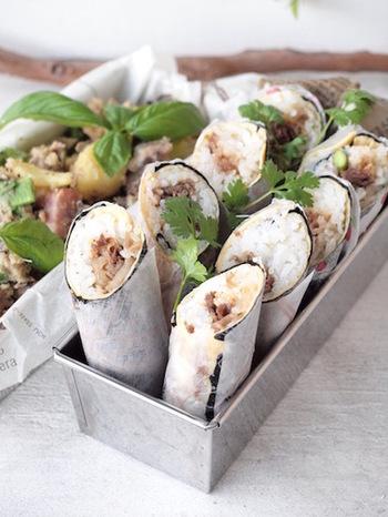 こちらのレシピは、具材をごはんの中に入れるタイプのスティックおにぎり。甘辛く煮た牛佃煮とごはんを薄焼き卵と海苔で巻いています。ペーパーで包んでお弁当に入れたら、手を汚さずに食べることができますよ!パーティーなどのちょっとしたおもてなし料理にもおすすめです♪