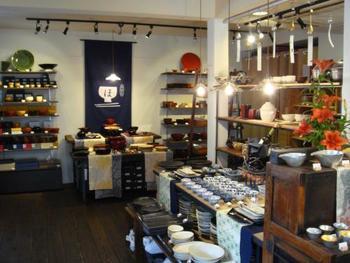 """なかには、店主の方が作り手にオーダーした、オリジナルの和食器や雑貨も。モダンでシンプルなデザインのものもあり、まさに""""ふだんづかい""""にぴったり。"""