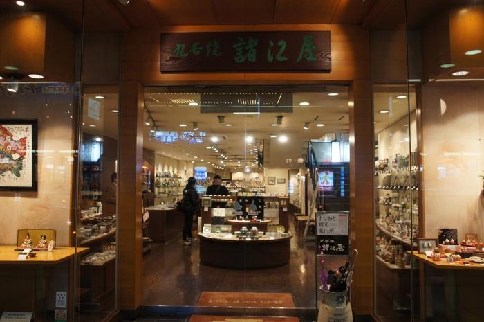 金沢の中心街、片町にある「九谷焼諸江屋」は創業1862年という老舗。1階にて九谷焼食器や装飾品が購入できます。2階へあがると、人間国宝作家の作品がお出迎え。「ギャラリー片町」として、優れた九谷焼作品の展示も行っています。