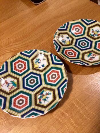 まるでアート作品のような美しい絵付けの「九谷焼」。きっといつもの食卓に素敵な彩りを添えてくれますよ♪金沢を訪れた際は、ぜひ「九谷焼」などの伝統的工芸品を手にとって、その魅力を満喫してくださいね。