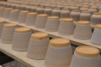 陶器は「土もの」とも呼ばれるように、粘土から作られます。磁器と比べると粒子が粗く、焼成温度が低いため強度が劣りますが、温かみのあるぽってりとした質感に仕上がります。