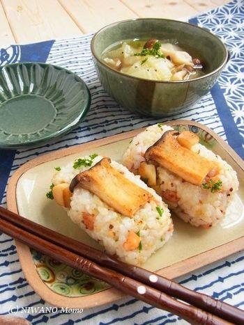 ごはんにオイルを和えた「オイルおにぎり」は、固くならずコクもアップすると人気です。こちらは、こりこりとしたエリンギの食感が楽しいオイルおにぎり。ベーコンの旨味と粒マスタードの風味が大人の味わいです。