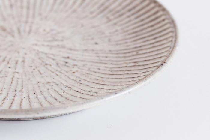 陶器には目に見えない小さな凹凸がたくさんあり、そこに食材が入り込むことで変色や臭い移りが起こります。目止めはそれを防ぐために表面をコーティングすること。シミやひび割れの予防にもなります。