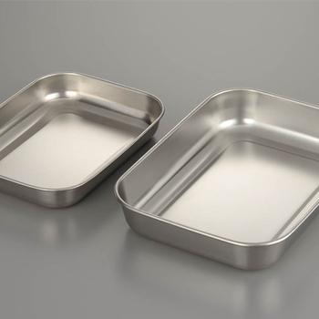 ストックを作る際は、なるべく急速冷凍をしたほうが良いので、熱伝導の良いステンレス製のバッドなどの上において熱をとりましょう。 保存袋の上に保冷剤を置くとさらに早く冷ますことができます。