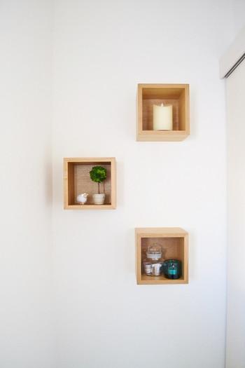 こちらも同じく無印良品の「壁に付けられる家具」シリーズ。ボックスタイプは奥行きが15.5㎝あるので、植木鉢やキャンドルホルダーなども気軽に飾れます。先ほど同様、ピンでフックを取り付けるだけなので数分で設置完了です。