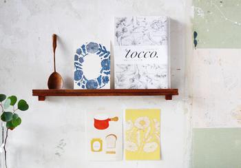 こちらの飾り棚は、なんと100円ショップのアイテムでDIYしたものだそう。お気に入りのデザインのポストカードを飾り棚にディスプレイすると、お部屋の雰囲気がぐっとおしゃれになります。爽やかなブルーとやさしいイエローが、壁に彩を与えていますね。