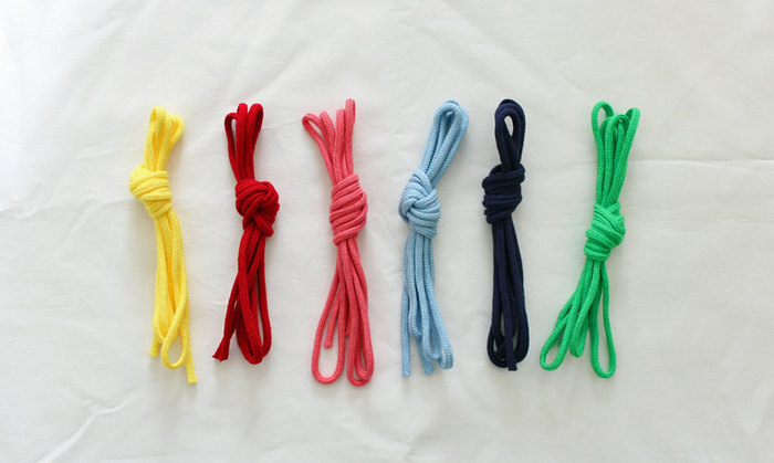 巾着に使う紐は、アクリルテープと「おそろい」にするとかわいいですね。5~6mmの太さにすると、お子さんも使いやすいです。
