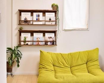 お気に入りの本や雑誌をカフェ風にディスプレイするのもステキ!リビングの壁を活かした飾り棚は、インテリア性と実用性を兼ね備えていて使い勝手も抜群です。