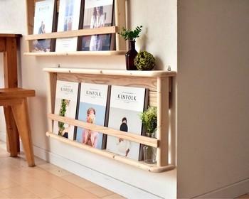 キッチンカウンターとダイニングテーブルの間にあるスペースは、意外と使いこなすのが難しい場所。そんな時は、幅の狭い飾り棚を取り付けて、雑誌や小物をディスプレイするのがおすすめ。