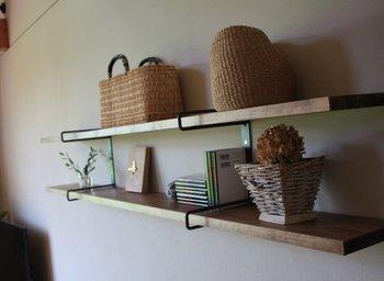 籐のカゴ・CD・本など頻繁に使う機会があるものも、おしゃれに飾っておきたいと思いませんか?リビングの飾り棚にちょこんと乗せておくだけで、インテリアにもなるので試してみては?こちらの飾り棚はアイアンと木材の組み合わせ。美しさと使いやすさを兼ね備えた棚は、日用品もステキに見せてくれます。