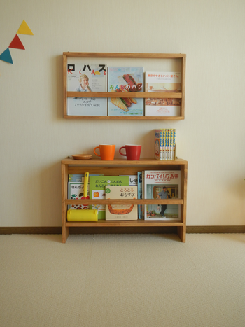 子ども部屋にも飾り棚があると便利です。薄いボックスタイプの飾り棚は、絵本や雑誌を並べるのにちょうど良いサイズ。お子さんがお気に入りの本をいつも手に取れる場所に飾っておくと喜んでくれそう。シンプルなデザインなので、子ども部屋はもちろん、リビングや寝室に飾っても良さそう。