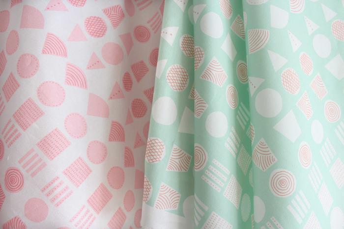 """表布は柄も気になりますが、縫いやすくて丈夫な生地を選ぶのも大切。タテヨコの伸びが少ない、綿100%の中厚の生地(オックス)がおすすめです。綿と麻を混ぜて織り上げた""""コットンリネン""""も、耐久性に優れています。"""