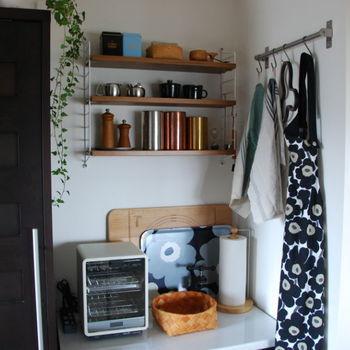 おすすめでご紹介した「string pocket」に、キッチンのお気に入りアイテムをディスプレイしています。こだわって選んだアイテムが、いつも目に入るとキッチンにいるのも楽しくなりそう。アイテムの大きさに合わせて棚板の高さを調節できるので、ジャストサイズで飾ることができます。