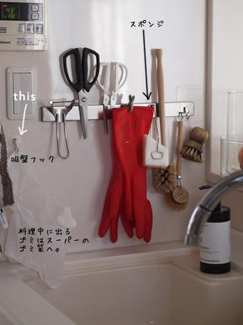 台所仕事の動線をシンプルにするコツは、作業場所の近くに、そこで最もよく使う道具たちをまとめることです。こちらはシンクでの出番が多い水仕事用の道具を、マグネット収納ですぐ横に配置しているアイデア。使った後はまたぺたりと貼り付けておくだけなので、いつのまにか道具の居場所がわからなくなることもありません。