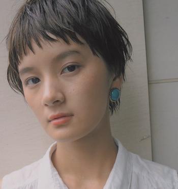日本人には多いイエローベースの肌に自然と馴染むのがオレンジ系。青みがかったカラーだと顔全体がくすんでしまうので、暖色系の色味が含まれたカラーを選ぶと肌との相性◎