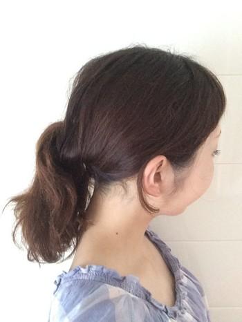 こちらは下から上にくるりんぱする「逆くるりんぱ」をしてローポニーにした大人スタイル。くるりんぱと比べて、ボリュームアップするのでより華やかに。髪の量が少ない片にもおすすめ◎