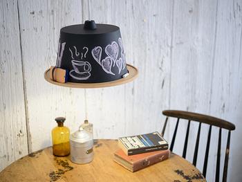 ちょっとめずらしい、黒板のペンダントライトもあります! 壁に黒板を置けない場合でも、このようなアイテムを駆使して自分好みのユニーク黒板をプラス◎ 季節や気分でチョークアートの絵柄を変えて、カフェのような雰囲気を楽しんで♪