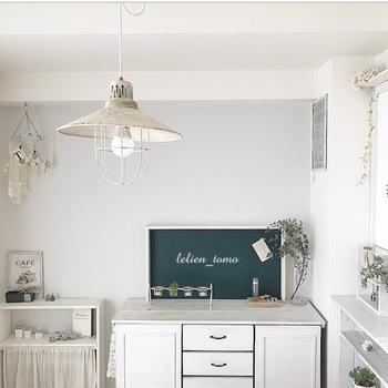 お家に黒板を取り入れたい場合は、キャビネットや棚の上に置いたり、壁にかけるのが簡単ですね。 100円ショップでも購入できるので、気軽に取り入れて自分流にアレンジしやすいアイテムです。
