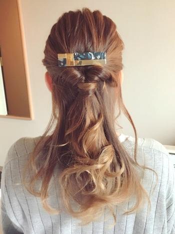 まとめた髪の下の方にゴムを結んで、「くるりんぱ」すると…。ボリュームはあまりなく、ねじった髪の束を2つ合わせたような印象になります。