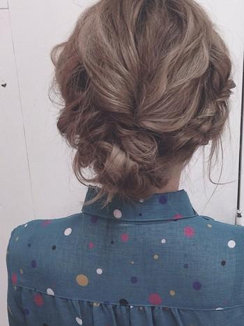 真ん中の髪をくるりんぱ、サイドの髪をねじってシニヨンを作っています。ゆるく巻いてからスタイリング剤をつけてアレンジしていくのがおすすめです。