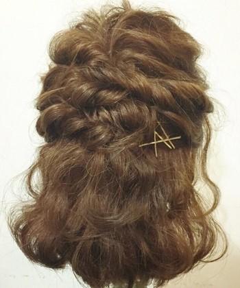 トップをくるりんぱして、両サイドの髪をねじって留めます。下の段でまた両サイドの髪をねじって留めたら完成!しっかりめにウェーブをつけてからアレンジすると、ボリューム感と程よいルーズ感が演出できます。
