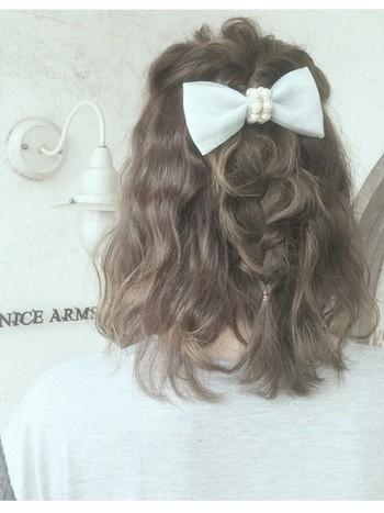 1.ざっくりと片側サイドの髪を分けとり、ねじってとめます。(前髪はお好みで一緒にまとめても、残してもOK) 2.反対側も同じように取り、ねじってとめておきます。 3.1と2を結びくるりんぱします。 5.残った毛先を三つ編みにします。 6.全体的にお好みでほぐしていきます。 ※リボンやヘアアクセを付ければさらに可愛く仕上がります♪