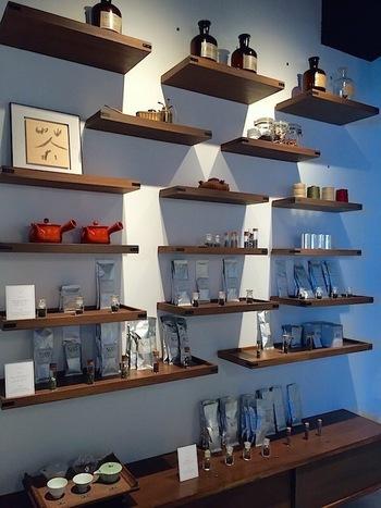 普段使っている食器や調味料などは、等間隔に綺麗に並べるのがポイントです。 きちんと感を出して、カフェの商品のように見せても素敵ですね。