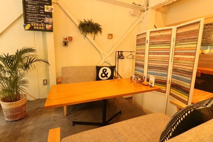 大きめの観葉植物、壁や天井からのプラントハンギングもカフェっぽい!